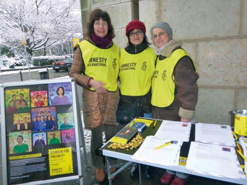 Foto von einem Informationsstand der Ratinger Amnesty-Gruppe